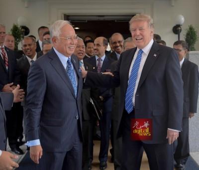 在洽谈马美两国双边策略关系后,纳吉(左)与特朗普寒暄,气氛愉快。