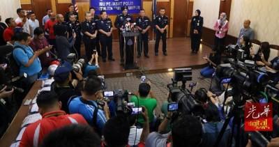 阿马星(中)周六(16日)晚上召开临时记者会,吸引近百名媒体采访。