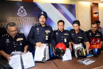 阿马星(左2)以及下级向记者出示搜到的组成部分证物,左起哈接受菲亚、鲁斯迪以及高级查案官余琪天副警监。
