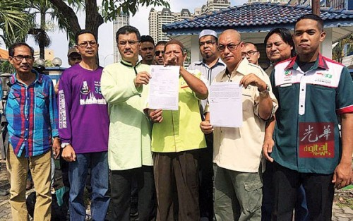 耶雅谷(左4)携带逾10名槟州伊青团团员前往警局报案。