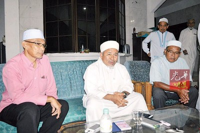 依布拉欣(中)在玻璃市州新路甘榜卡东巡回演讲后,召开记者会。左1是玻伊党主席苏克里州议员。
