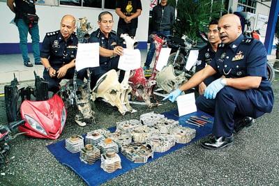 公安部在在首脑住家附近的池塘中于获4只摩托车架及无法转手的零件。
