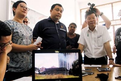 居民代表展示火葬场排烟情况之视频,左起叶舒惠、李世泉、依斯娃丽及曹观友。
