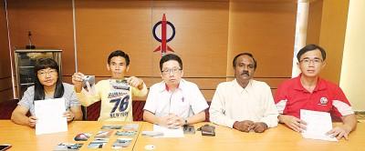 罗玮翔(左2)以林碧霞(左起)、周锦欢、西华古马及黄汉龙陪下举行新闻发布会,促请目击路霸事件的大众向公安局投报,恢复整个事件的本色。