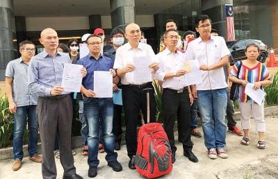 林立迎(左起)、游佳豪、刘永山、邱培栋、谢守钦陪同受害者前往武吉阿曼商业罪案调查组与警方进行对话,右为洪梅娟。