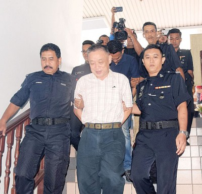黄志成被带离法庭时,从容面对镜头。
