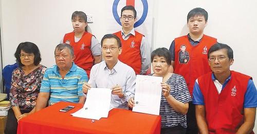 马淑金(前排右2)在廖泰义州议员(中)陪同下,召开记者会。