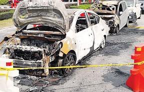 火势虽被赶来的消防车及时扑灭,但两辆车已经被烧成废铁。
