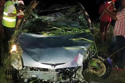 死者所驾驶的跨薇国产车严重破坏。