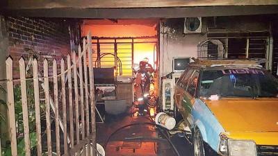再也一间住屋周一晚遭火魔侵袭,消拯人员赶抵时烈火正在猛烈燃烧着。