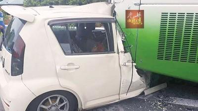 肇祸轿车失控撞巴士尾端,车头毁不成形,司机夹毙车内。