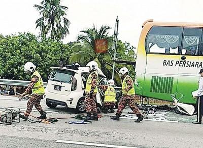 消拯员到场拯救,移动轿车及移出死伤者。