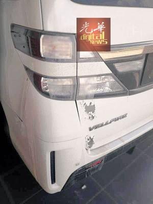 停在太子路二条路的白色Vellfire豪华休旅车也是后部左边被泼硫酸。