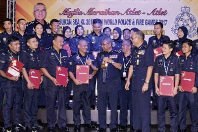 弗兹(前排左5)表扬获奖的警员,并与他们一同合照留念。