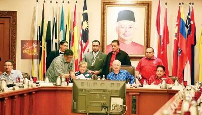 纳吉(中)主持巫统最高理事会,探讨多项课题,包括现今政局。右起为东姑安南及阿末扎希。