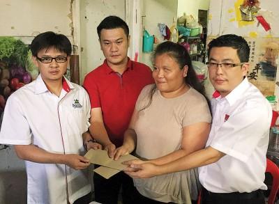 2名善心人士在阅读陈丽丽不幸遭遇的新闻报道后,愿意捐助一笔款项予陈丽丽(右2)。右为刘博文。