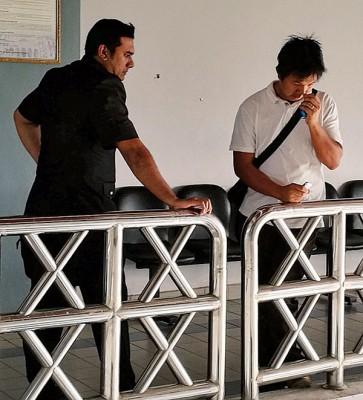 被告(白衣)面对收存超过重量限定液化石油气桶罪状认罪不讳,周一被法庭罚款10万令吉。