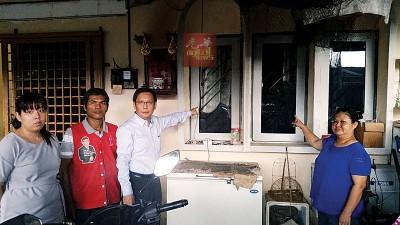 屋主叶彩萍(右)相信这是其儿子因早前在网上赌博欠债,导致大耳窿上门砸窗恐吓。(左3)为廖泰义。
