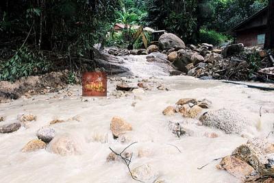 木屋前小河在事发时有大量泥浆、泥水、大量石块及多块巨石,从山顶直冲而下。