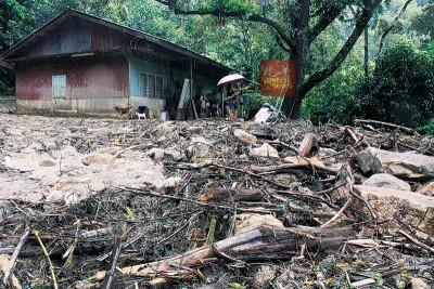 看着辛辛苦苦建立的家园遭遇灾难及鸡竂被山洪冲走,刘莲音无语问苍天!