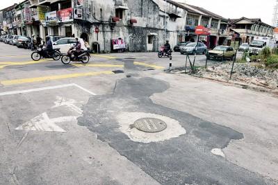 虽然这道路已重铺,但犹如在马路上贴膏药,苦了道路使用者。