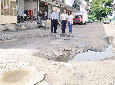 南美园轻工业区内数条道路出现大大小小的窟窿及雨后积水,对居民出入形成威胁。(左起)尤沈峻、魏木荣、吴瑞音。
