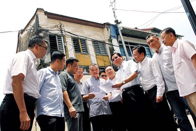 邓章耀(右4)和陈德钦(左5)和两党成员一起召开记者会,呼吁槟华团不为政治,但为正义挺身发声。