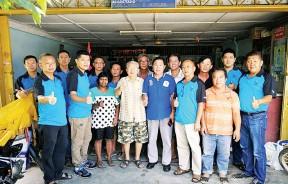 范庆洲(前排右3)带领志工团团员前往成杰新村赈灾。