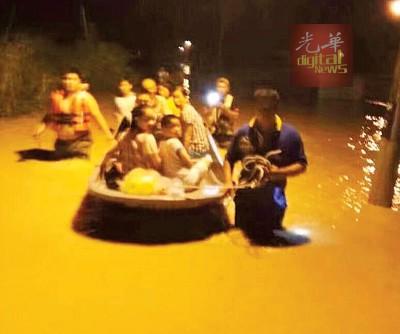 爪夷区遭遇历年来最严重的水难,灾民被救出灾区。