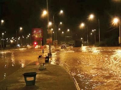 樟角路头至爪夷再也大道交通中断长达5小时,比平时的淹水情况严重。