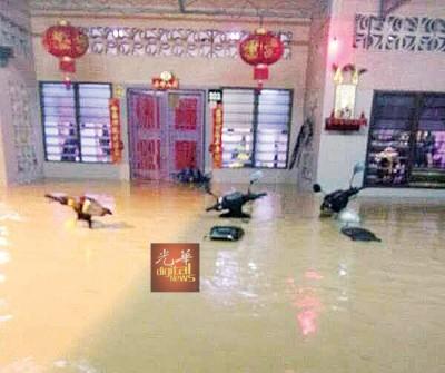 洪水突然侵袭,导致许多停放在家门前的交通工具浸泡在水中。(照片取自脸书)