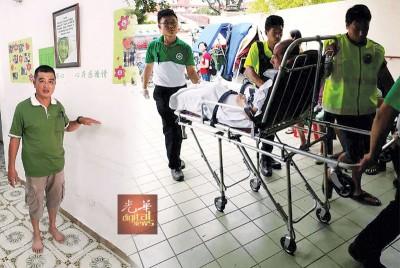(左)陈贤福指说,周五的淹水水平到其手指测量的地方。(右)圣约翰救伤队及紧急槟城区会员协助载送老人家返回感恩之家。