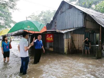 陈勇桦律师(右)、张莲芝以及张泰双(中)到水灾现场了解情况。