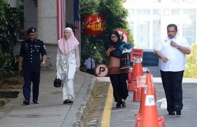 旺阿兹莎(左2)一早便到司法宫支持安华。