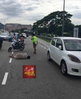 摩托与迈薇轿车碰撞后翻覆,李添兴则倒地不起。
