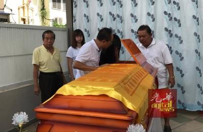 死者邹婉依父亲、姐妹及亲友瞻仰遗容。