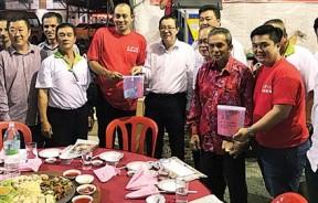 林冠英(左5)捐款予大同小学扩建基金,左4起为冯廷隆、蔡瑞光、张伟嵘、周志伟及胡栋强。