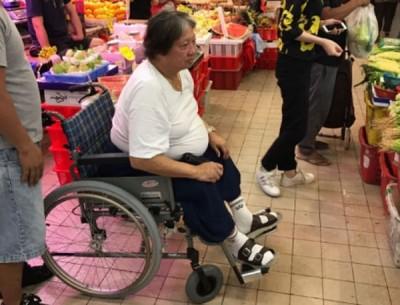 洪金宝被直击坐轮椅去买菜。