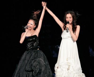 """2007年张韶涵邀范范担任""""百变新势力""""演唱会嘉宾,一起牵手合唱。"""