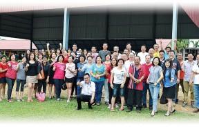 于9月2日回校的校友们齐集在礼堂前面合影。
