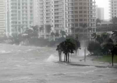 风暴掀起大浪拍击海堤。