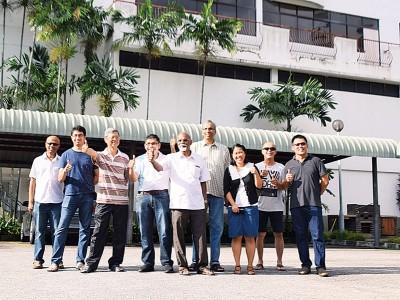 再也峇兰(左5)与陈顺安(左4)、刘力纬(右1)和居民们大赞水泵有效解决水患问题。