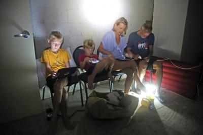 佛州家庭躲在楼梯井底房间避风。