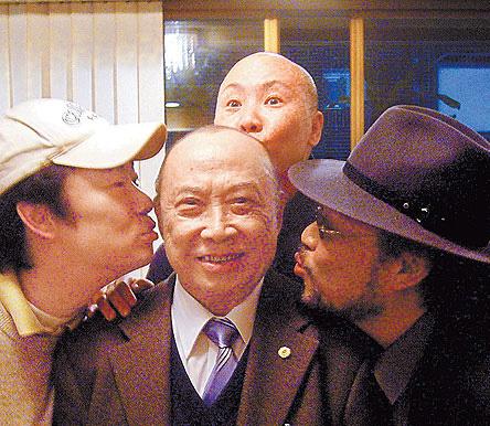 张菲(右起)、恒述法师、费玉清姐弟3人2007年为父亲过86岁大寿。