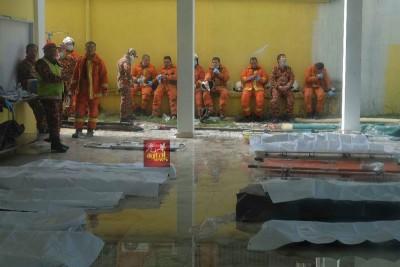 夺命无情火,瞬间夺走23条人命,消拯员移出的遗体并列在灾场外,见者心酸。
