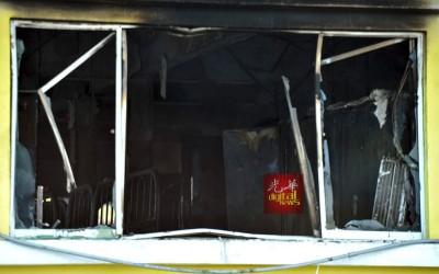 铁窗之下有人逃了出来,但也有的受困窗下。