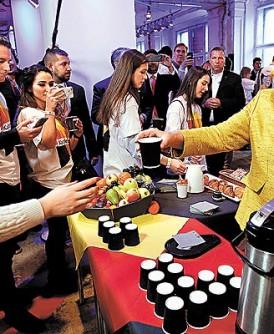 默克尔(右)可望连任德国总理,周六在柏林与支持者一起用餐。
