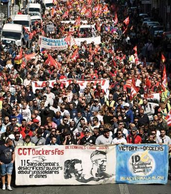法国南部城市马赛亦爆发反劳动法改革的罢工游行。(法新社照片)
