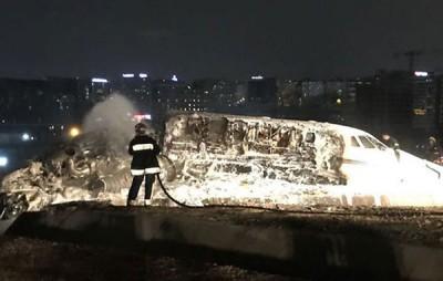 私人飞机迫降时起火燃烧。