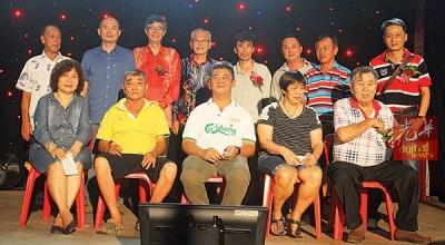 林立迎(后排左2自打)以及蔡添强见证怡保路四支盂兰胜会移交捐款给孤儿院及患病理事。